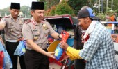 Bulan Suci Ramadhan, Kapolda Banten Berbagi 1000 Takjil Kepada Pengguna Jalan