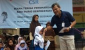 PT LBE Berikan Bantuan Bagi Siswa Berprestasi Di Desa Salira