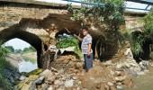 Tiang Penyangga jembatan yang berada di Kampung Luwung Semut Desa Jeruk Tipis Kecamatan Kragilan ambruk