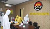 Cegah Covid-19, Sat Brimob Polda Banten Lakukan Penyemprotan Disinfektan di Ruangan Bid Humas Polda Banten