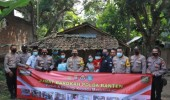 Kapolda Banten Bhakti Sosial Program Jumat Barokah Bantu Warga Terdampak Covid-19