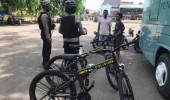 Sambil Bersepeda, Personel Ditsamapta Polda Banten Ajak Masyarakat Patuhi Protokol Kesehatan